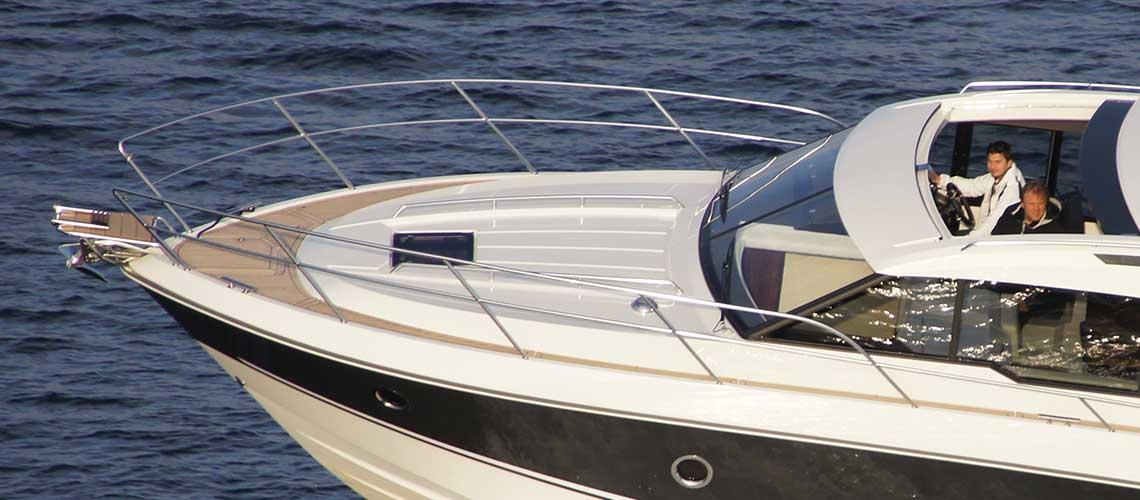 Båt med ankervinsj i baugen