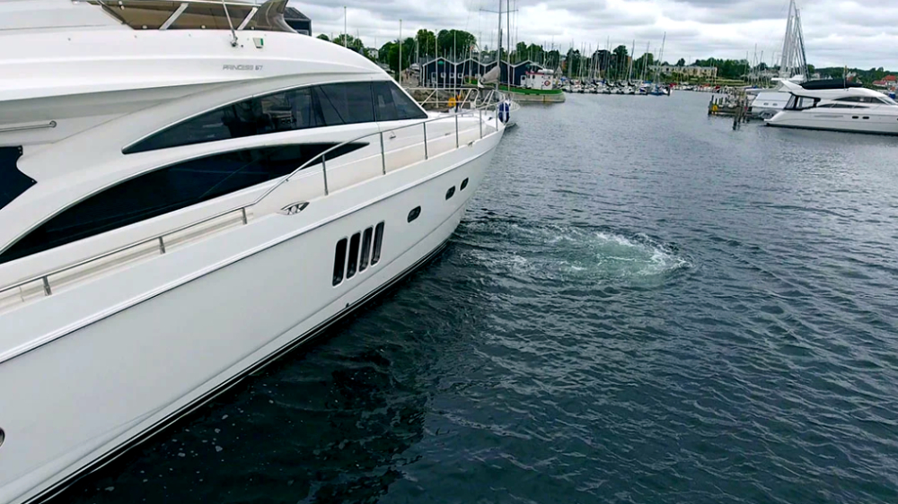 Princess yacht med side-power baugpropeller