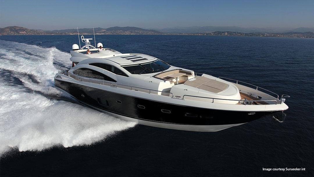 yacht som seiler på vannet