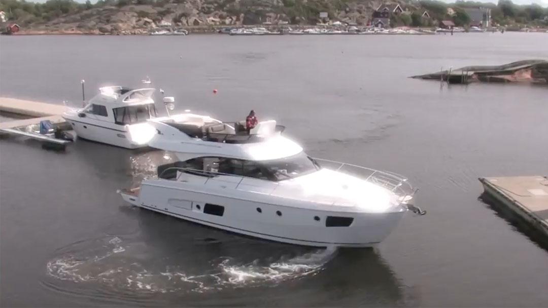 boat-manoeuvre-harbour