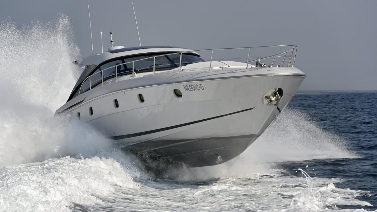 båt med bogpropell på vattnet